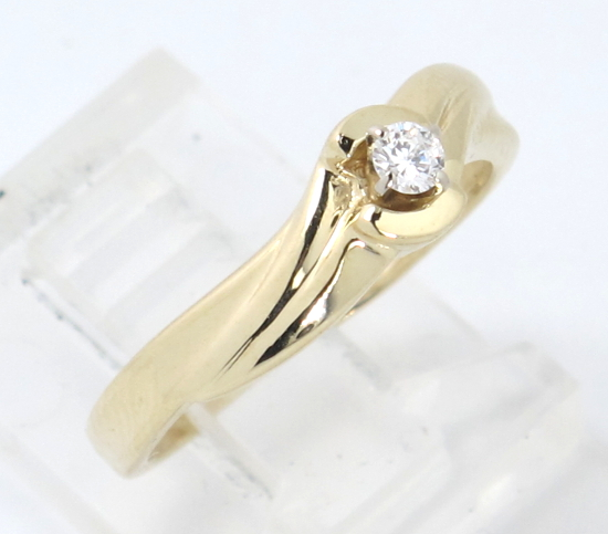 14k yellow gold vs solitaire engagement